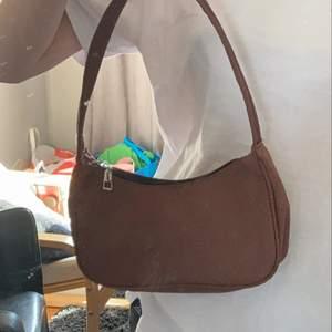 super fin o helt oanvänd väska! super bra skick! den är brun!💞 inga fel på den alls den kommer bara inte till användning!💞