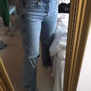 Jeans med slitningar från other stories 💕💕 storlek W27 och passar både en normal 34 och 36 💕💕