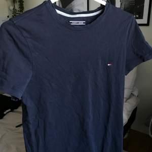 Basic marinblå tshirt från Tommy Hilfiger, herrstorlek S! I bra skick🌿 säljer för 70kr+ frakt eller kom med eget bud