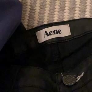 Lågmidjade jeans från Acne i läderimitation. Waist 27-28, length 31 (avklippta, se bild 3). Ganska tighta i benen. Skicket är väldigt bra, aldrig använda av mig och endast någon gång av förra ägaren. Pris diskuterbart🙌❤️ modell KEX PLEATHER