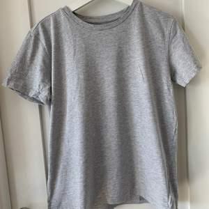 En grå T-shirt från lager 157. Nypris ca 70kr. Frakt tillkommer