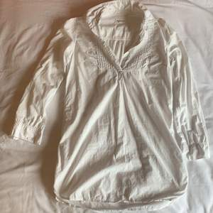 Vit skjortklänning från 365 sunshine i storlek 38. Den har en liten fläck på ryggen, se bild. Den är köpt second hand men jag har aldrig använt den och den är i väldigt bra skick. Färgen är som på andra bilden.