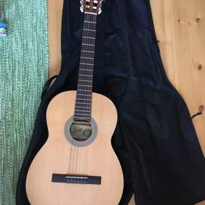 Säljer min fina levin-gitarr som var en present för några år sen men som aldrig blivit använd då jag aldrig lärde mig spela gitarr. Nypris på svensktillverkade levin-gitarrer (som denna är) brukar ligga mellan 3000-5000kr. Modellen heter L30 NS. Fodral ingår.