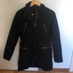 Vår jacka från Bommerang ( använd endast en gång )Storlek xs men passar även storlek S! Köpt för 2800 och utgångs pris är 400 men vi kommer även ta emot bud. Säljs för 400+ frakt
