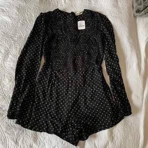Söt jumpsuit från Urban outfitters som fortfarande har prislappen kvar. Säljer pga gillar inte hur den sitter på mig. Köpare står för frakt men kan mötas i Göteborg! ☺️