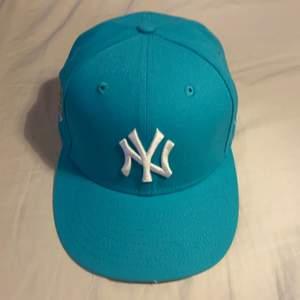 59FIFTY.New era fitted cap(storlek 7) Aldrig andvänt, bara böjt skärmen.