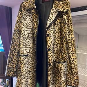 Leopardmönstrad jacka med svarta detaljer, mkt gott skick, Miss Selfridge, strl S, tunn och vid model så att man kan ha en stickad tröja under.