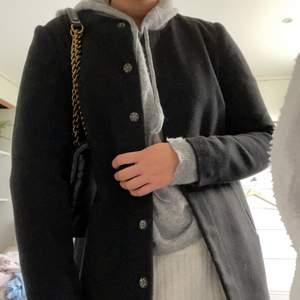 Kappa från vero moda säljer då jag har en till kappa! Superfin till hösten gillar modellen i och med att den är rak! Kappan är i storlek M men passar även S