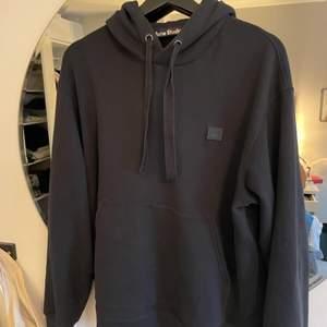 Säljer snygg hoodie från Acne. Den är i nyskick. Svart storlek Small. Jätteskönt tyg osv inga fläckar. Köpt för 2400kr och inte mycket använd