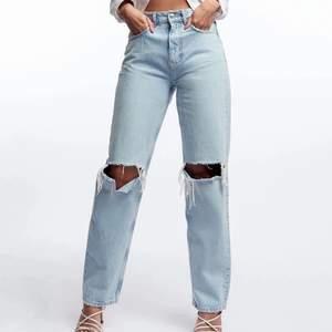 Säljer mina raka gina 90s high waisted jeans med hål på knäna i storlek 38. Helt nya säljer pga att den inte kommer till användning.