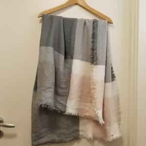 Mysig och varm halsduk som också kan användas som filt. Kan hämtas upp i Stockholm Flemingsberg eller så betalar köparen för frakt. Jag samfraktar gärna 😊