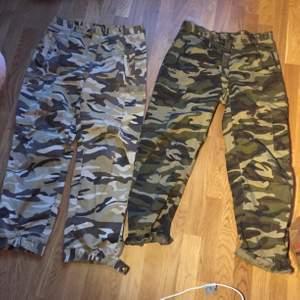 Feta cargo byxor som jag tror att någon sytt själv. Dom är rätt stora så jag har tänkt sy om dom men det har inte blivit av. 100kr styck eller 150 för båda. Storlek L-XL