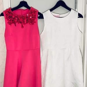 Storlek är okänd på båda men själv är jag M och dem passar bra på mig. Rosa klänning pris:150kr vit klänning pris:150kr