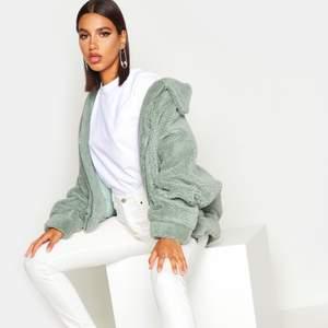 En grön oversized Teddy jacket, jätte fin och super skön. Den är helt oanvänd och alla lappar är kvar, säljes pga det inte är min stil.