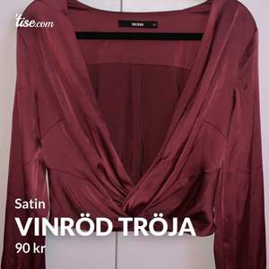 Super fin tröja som är vinröd, v ringad med en Knut längst ner. I satin och den har 4 knappar på båda ärmarna