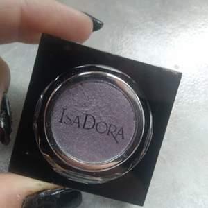 Helt oanvänd lila-glittrig ögonskugga ifrån Isadora. Färgen heter 09 amethystic. Nypris är 119 kr.