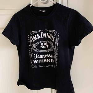 Cool Jack Daniels t-shirt. Är i strl L men passar mer som en M eller S (jag bär vanligtvis M). Frakt på 50kr förekommer💕💫