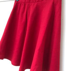Kort röd kjol! Väldigt skönt tyg! Passar jättebra till alla årstider 🥰