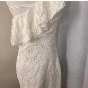 Vit tight och kort spetsklänning som går ovanför knäna. Har bara en axel och andra sidan utan. Minns ej märket vart jag beställde från men fotade lappen😁 köparen står för frakten.