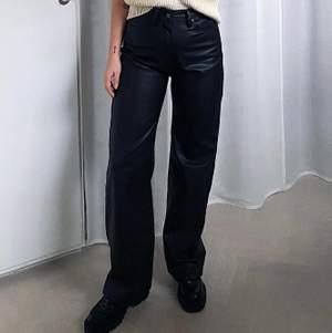 Helt nya byxor. Oanvända  Ordinarie pris  350kr.   Dessa byxor är ett par 5 ficksbyxor i mjuk läderimitation. Byxorna har hög midja och vida ben. Gylf med dragkedja och knapp i midjan.