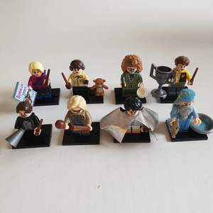 8st minifigurer av karaktärer från Harry Potter filmerna. Allt I bilden ingår I köpet. Tillverkad av WM Blocks och kompatibel med andra marknadsledande tillverkare av klossar