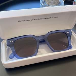 HÖGSTA BUD 700 kr! Ett par slutsålda chimi solglasögon färgen acai modell #004 med mörkt glas💕 Aldrig använda alltså så alla lådor ingår samt dustbag💕 nypris är 999 kr börja buda på 500 kr öka med 30 kr!!