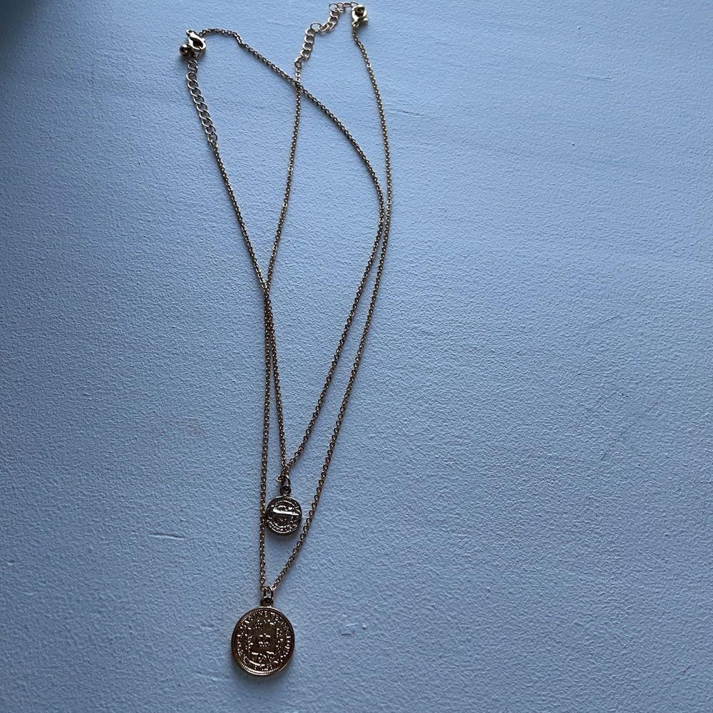 Två superfina halsband. Kan både ha en eller båda tillsammans. 50kr/st eller båda för 80kr. Accessoarer.