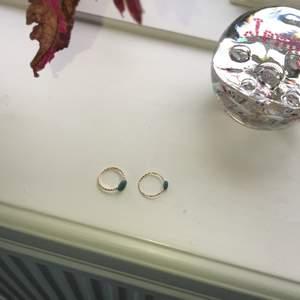2 fina ringar jag gjort själv, båda är i guld och har en brå/grön Sten på sig, det ända som skiljer sig är att själva ringen har olika mönster och den ena stenen är större❤️