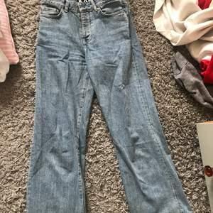 Karve jeans från carlings. Jag köpte dessa för ett år sedan men de är tyvärr för stora idag. Fint skick. Ny pris: 700kr. Är en xs men sitter som en s/36. Finns inte kvar på carlings.