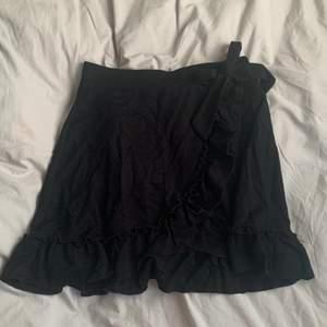 Jättesöt kjol perfekt till sommaren, svart färg och går omlott med en knytbar rosett💖 resor i midjan! säljer för att den inte kommer till användning längre