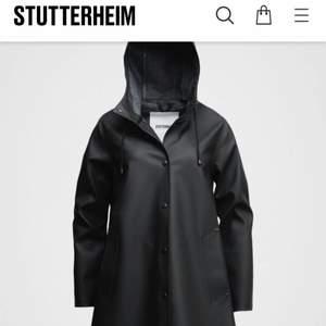 Helt oanvänd regnjacka från Stutterheim i modellen Mosebacke.  Storlek M  Nypris 2199  Hämtas i Vasastan eller skickas mot fraktkostnad.