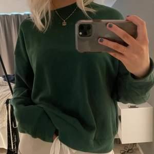 En jättefin mörkgrön sweatshirt från Weekday. Använd fåtal gånger!! Storlek S men är ganska oversized☺️ 200kr+frakt💕