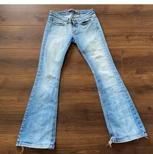 lågmidjade ljusblå jeans köpta på plick. inte säker på om jag vill sälja, men de kommer inte riktigt till användning. midjemått ca 78 cm. ✨