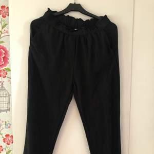 Svarta linnebyxor i från H&M. På mig som är 170 är dom normallånga om jag har dom lågmidjade, croppade om jag har dom högmidjade.