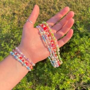Jag och min flickvän säljer dessa färgglada halsband och armband. Armbandet går även att köpa i grön. Alla smyckena är unika men kommer vara lika de på bilden. Halsbanden och armbanden består av sötvattenspärlor, sead beads och vaxade glaspärlor. De lila innehåller även ametist och de blåa innehåller blå jade. Både halsbanden och armbanden är väldigt stretchiga och går bara att dra över huvudet eller armen. 49 kronor för ett halsband, 29 kronor för ett armband och 69 kronor för ett set med ett halsband och ett armband. 💕🌈