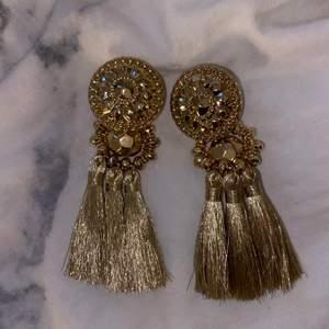 Guldiga örhängen med fina detaljer. Osäker vart jag köpt dom, men antar gina/HM/glitter eller så. Aldrig använda