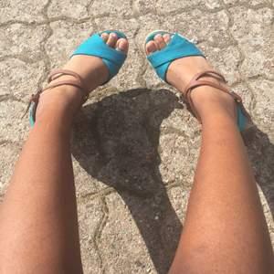 Skitsnygga sommarskor.✨Skitbra kvalité också.✨Säljer de pga de kommer inte riktigt till användning för mig för att jag har för många skor. ✨Frakt priset kan ändras när jag ska frakta de, men kommer meddela✨ Kan gå ner i pris vid snabb affär.
