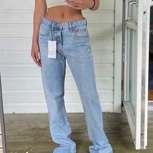 Oanvända zara jeans, prislapp kvar!💕 Slutsålda på hemsidan, lånad bild men skriv vid fler bilder eller frågor! Gratis frakt!!! Köp direkt för 600 kr!!!