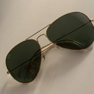Säljer nu mina älskade ray ban solglasögon eftersom de inte kommer till användning. De är köpta för inte så länge sedan på Synsam och har sedan dess aldrig blivit använda så de är helt nya. Linserna är i glas.