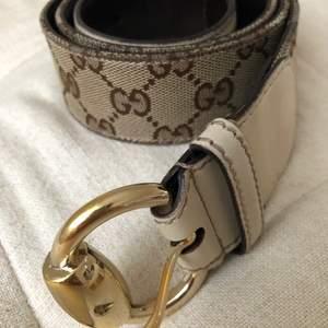 Säljer ett original Gucci bälte i väldigt bra skick. Förutom ett par småställen är bältet i ett superbra skick. Det handlar om ett original Gucci bälte som köptes i München för några år sedan. Tyvärr har jag inget kvitto eller dustbag.