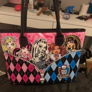 As fin monster High handväska vill inte sälja egentligen säljer pga pengabrist därför är priset högt men kan diskuteras 💕 frakt 66 kr spårbar