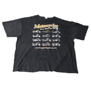 En riktigt fet unik och svår att hitta vintage Graphic t-shirt som har riktigt Nice mörkt tyg och ett vintage tryck av motorcyklar. Perfekt att ha som antingen en oversized eller regular fit. Den är thriftad på valeries thrift store i Los Angeles