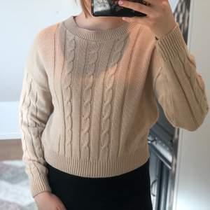 En beige stickat tröja egentligen ett set men säljer bara tröjan!