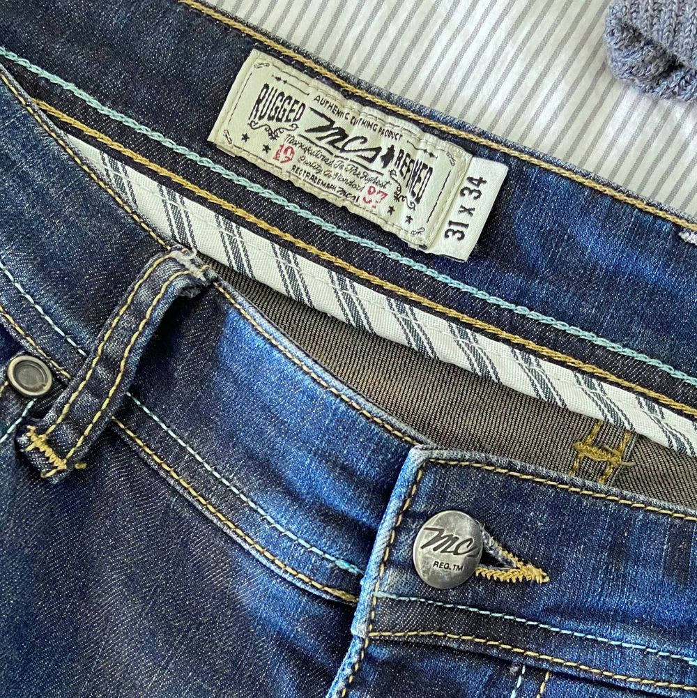 A « Regular Straight » Marlboro Classics Jean in a pretty good shape. It has a tiny use hole in between the legs, barely visible. It's very comfortable and slightly stretchy. I can send you extra pictures if you'd like. Price new: 120€. Jeans & Byxor.