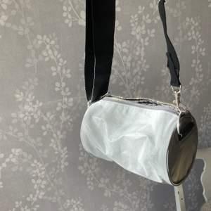 Väska men justerbart band från weekday. Glittrar i solen och är av reflexmaterial. Knappt använd