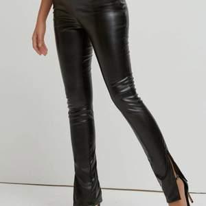 Skinnbyxor/leather i svart färg superfina och har slit. säljer de för de ej kommer till användning
