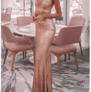 Säljer min klänning jag skulle ha till balen förra året, exakt som på bilden fast röd skicka pm för bilder.  Prislapp kvar klänningen är från Australien Storlek 34/36 pris går att diskutera
