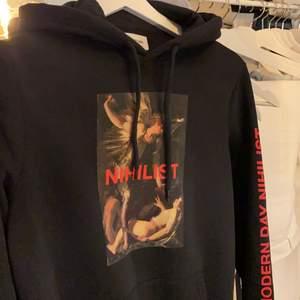 Riktigt snygg hoodie från YouTurn med tryck på framsida och på armen. Superskönt material! Skriv för fler bilder/info💕