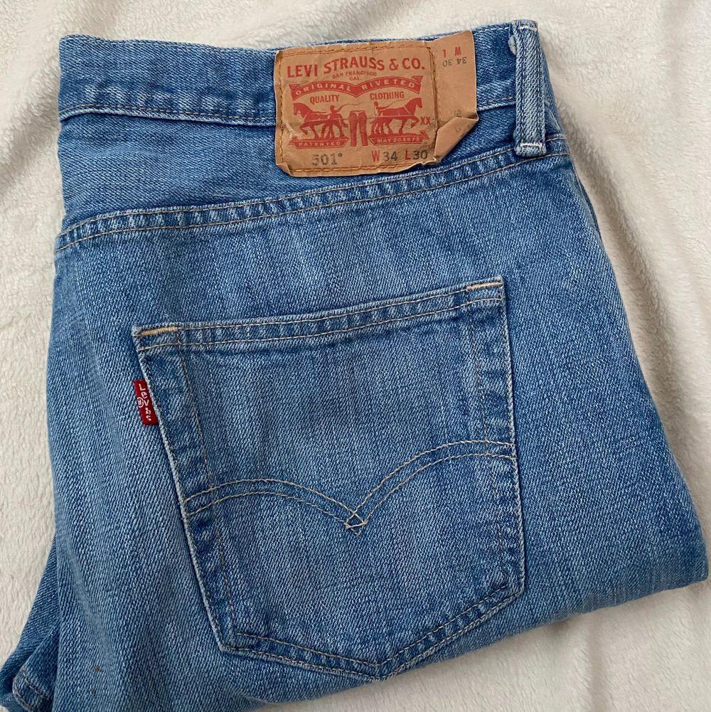 Trendiga Levis jeans i modellen 501. Jeansen är i fint begangnat skick. Jeansen mätta på golvet är: beninnerlängd: 75 cm. Midjemått: Mätt sida till sida:45 cm. Bud från 199 kr 😇💗 budstopp sätts efter första budet! . Jeans & Byxor.