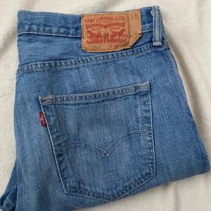 Trendiga Levis jeans i modellen 501. Jeansen är i fint begangnat skick. Jeansen mätta på golvet är: beninnerlängd: 75 cm. Midjemått: Mätt sida till sida:45 cm. Bud från 199 kr 😇💗 budstopp sätts efter första budet!